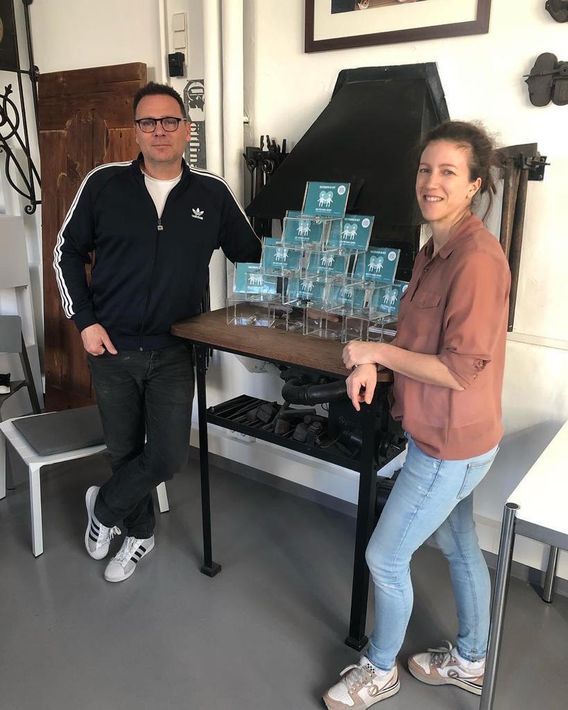Markus und Nikol Döttling haben die neuen Spendenboxen für unseren Verein gespendet und werden sie in Sindelfinger Firmen aufstellen. Sie werden das Projekt dann auch betreuen.